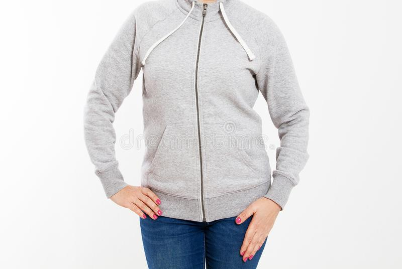 Giovane ragazza della donna dei pantaloni a vita bassa che porta la maglietta felpata in bianco con area per il vostro logo, mode fotografia stock libera da diritti