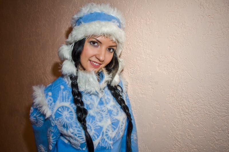 Giovane ragazza della neve Donna sexy vestita nella ragazza della neve del costume del nuovo anno russo tradizionale, una ragazza fotografie stock