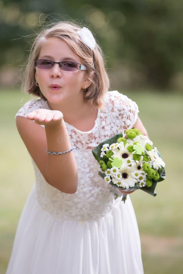 Giovane ragazza della sposa che invia bacio fotografie stock libere da diritti