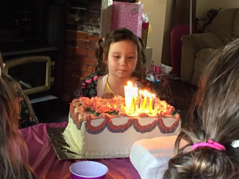 Giovane ragazza di compleanno con il suo dolce fotografia stock