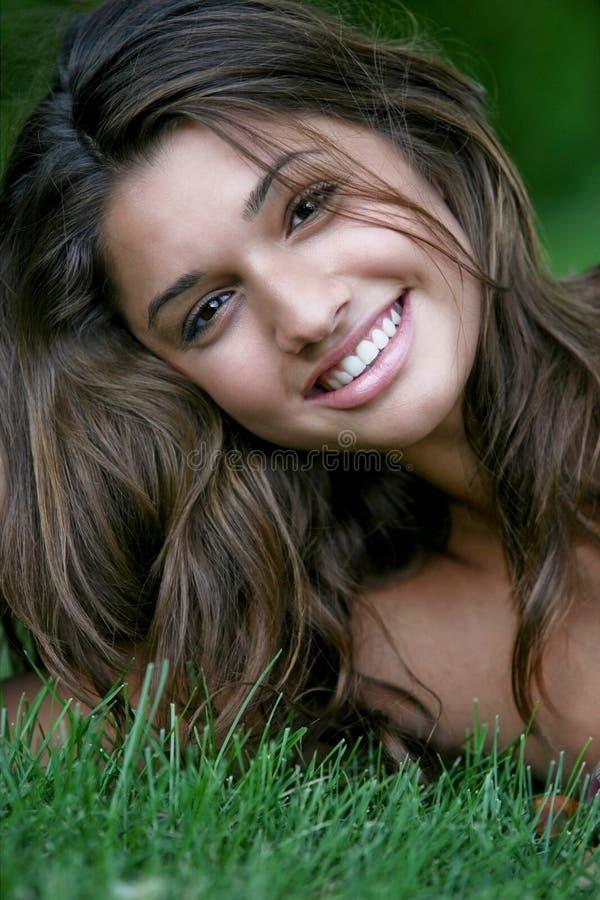 Giovane ragazza felice attraente. immagini stock libere da diritti