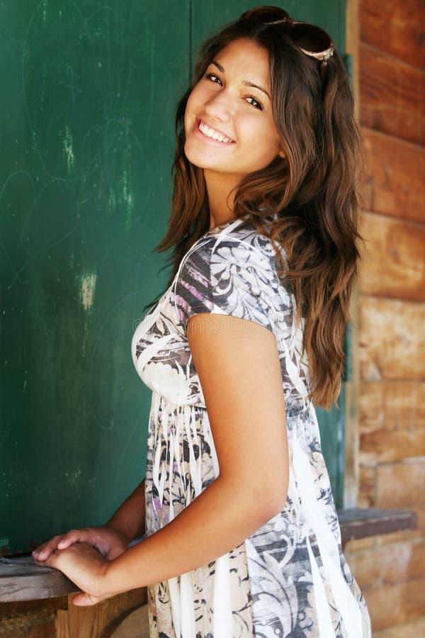 Giovane ragazza felice attraente. fotografie stock