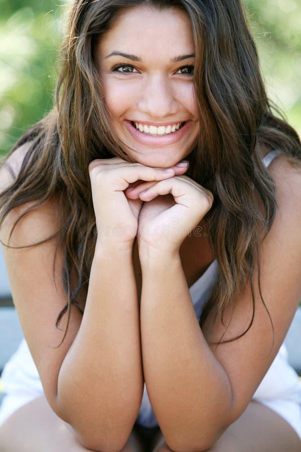 Giovane ragazza felice attraente. fotografie stock libere da diritti