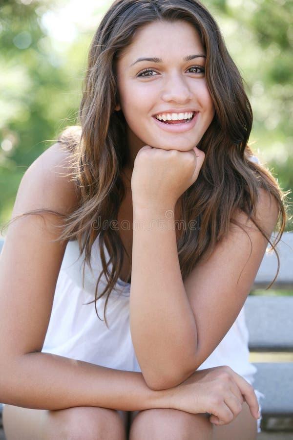 Giovane ragazza felice attraente. immagine stock