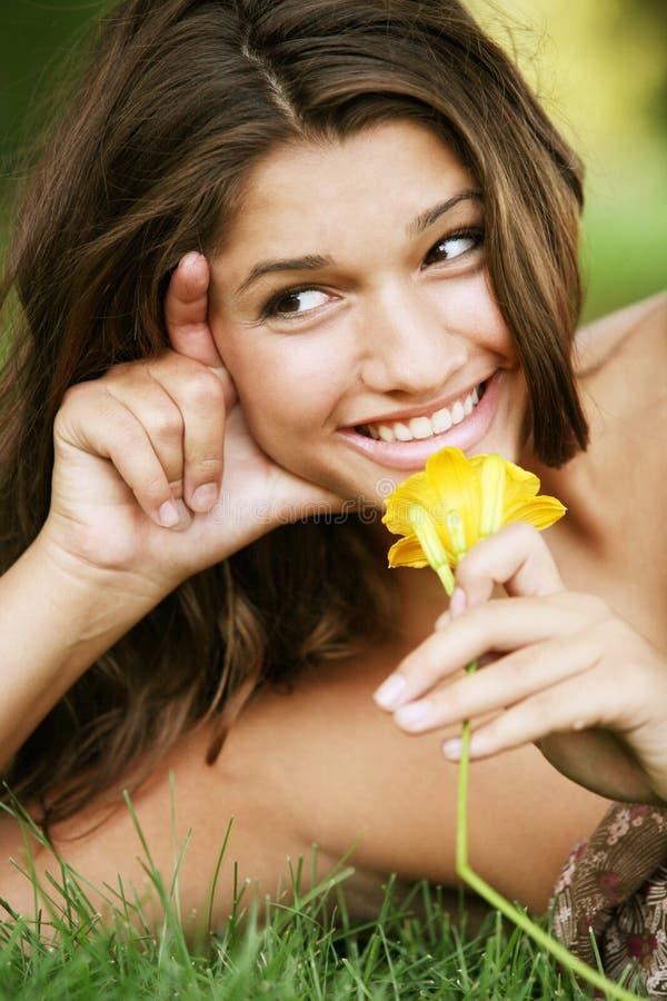 Giovane ragazza felice attraente. fotografia stock
