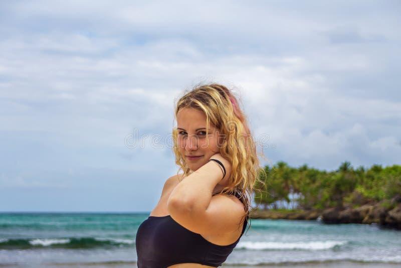 Giovane ragazza felice in bikini nero fotografia stock