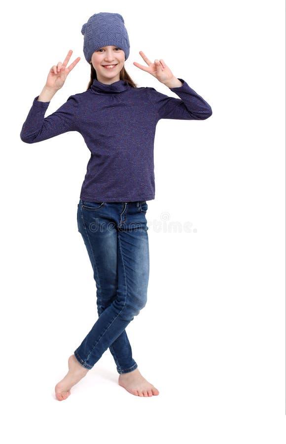 Giovane ragazza felice dell'adolescente che mostra il segno di vittoria fotografia stock
