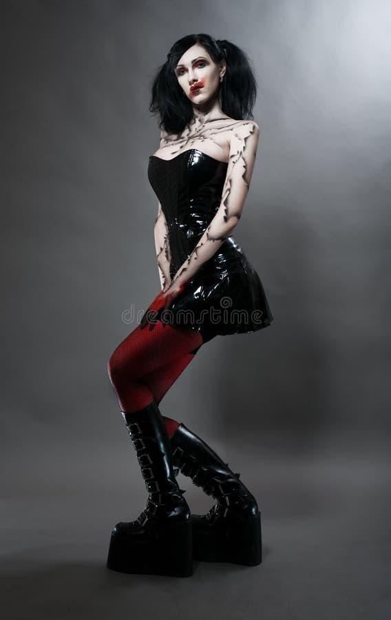 Giovane ragazza gotica in costume del feticcio fotografia stock