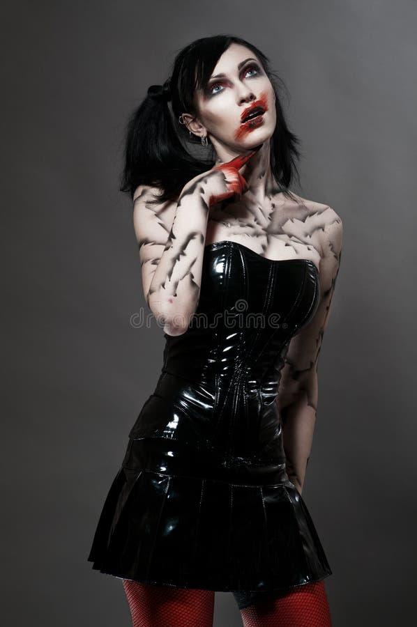 Giovane ragazza gotica in costume del feticcio immagini stock