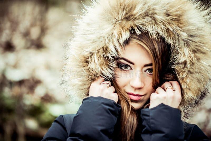 Giovane ragazza graziosa all'aperto nella foresta fotografie stock libere da diritti