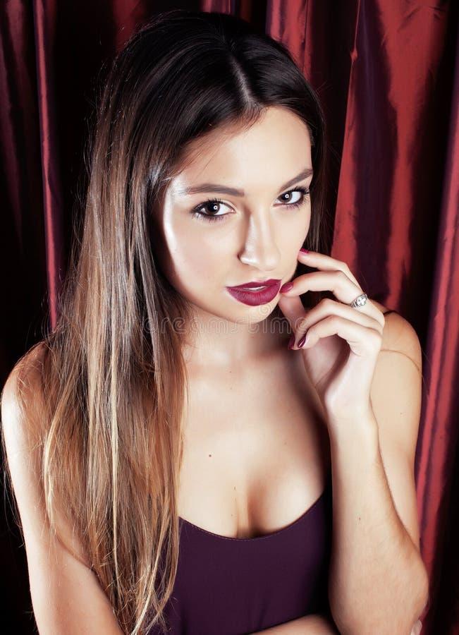Giovane ragazza graziosa con trucco del partito di notte che posa stile o di modo fotografia stock libera da diritti