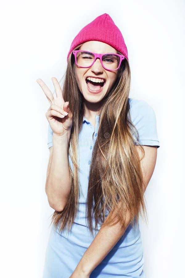 Giovane ragazza moderna adolescente graziosa dei pantaloni a vita bassa che posa felice emozionale isolato su fondo bianco, sul c fotografie stock libere da diritti