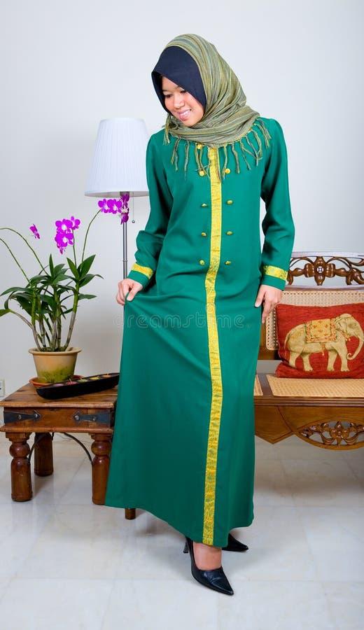 Giovane ragazza musulmana in vestito pieno tradizionale immagini stock libere da diritti