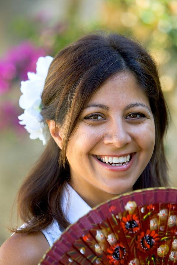 Giovane ragazza o donna spagnola che sorride al traditiona della holding della macchina fotografica immagini stock