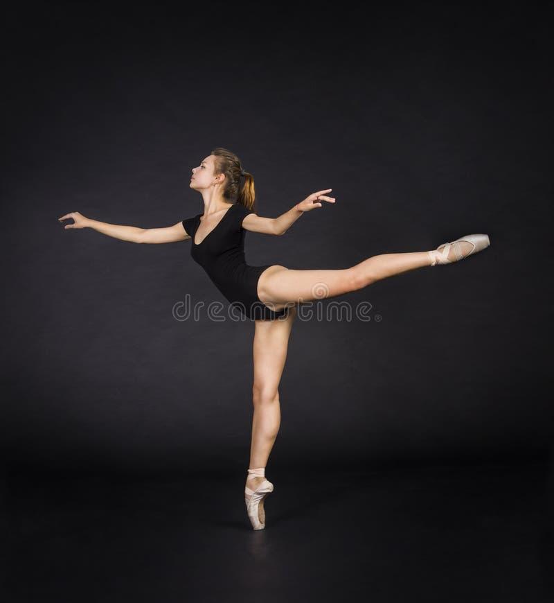 Giovane, ragazza sorridente che balla il balletto fotografie stock libere da diritti
