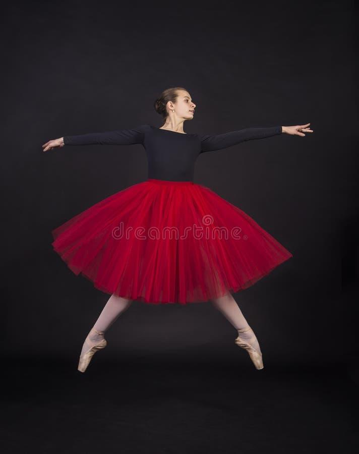 Giovane, ragazza sorridente che balla il balletto immagini stock