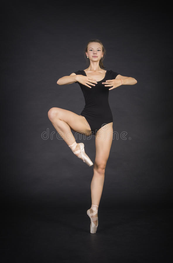 Giovane, ragazza sorridente che balla il balletto fotografia stock libera da diritti