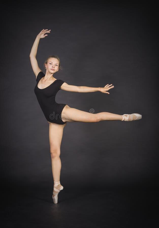Giovane, ragazza sorridente che balla il balletto fotografia stock