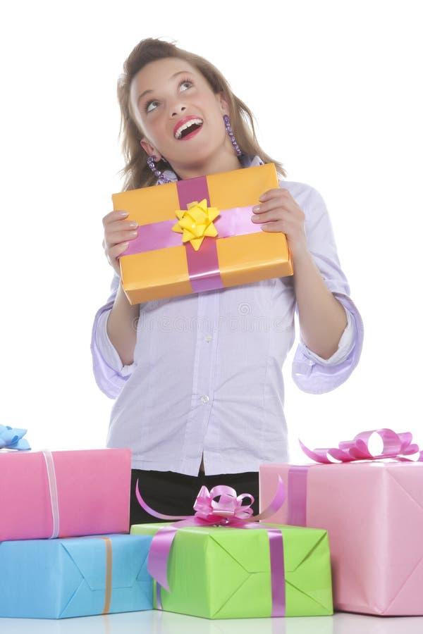 Giovane ragazza sorridente con il presente fotografia stock
