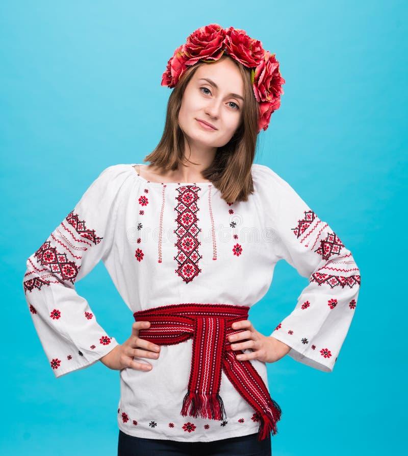 Giovane ragazza sorridente nel vestito nazionale ucraino immagine stock