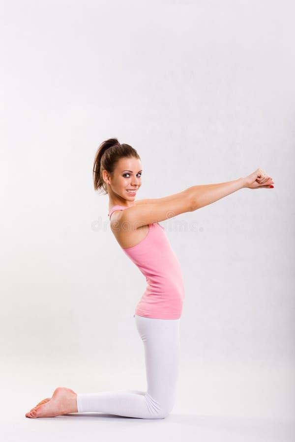 Giovane ragazza sveglia dei fitnes che fa le esercitazioni. fotografie stock libere da diritti