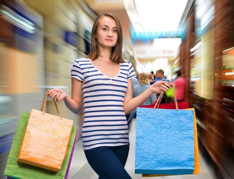Giovane ragazza teenager con i sacchetti della spesa fotografia stock