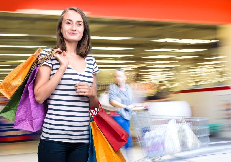 Giovane ragazza teenager con i sacchetti della spesa immagine stock