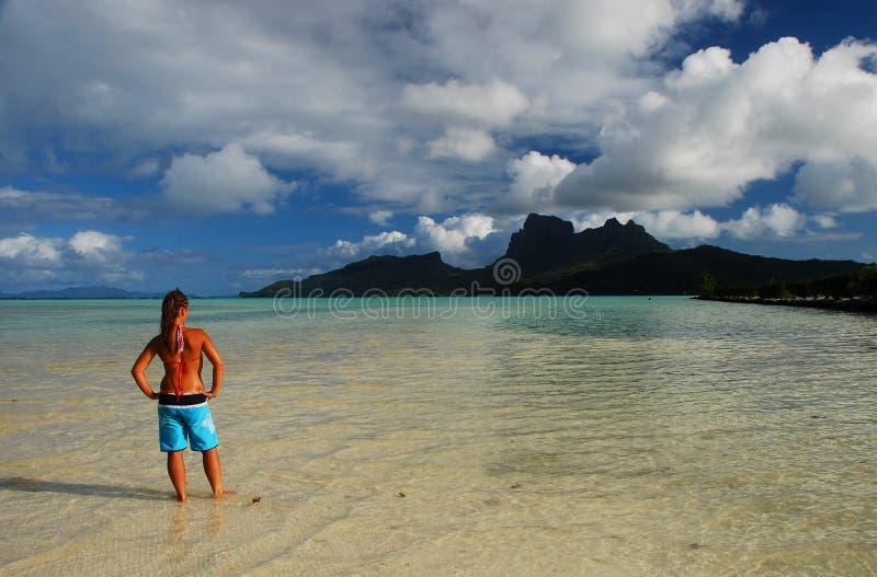 Giovane ragazza turistica Bora Bora, Polinesia francese immagine stock libera da diritti