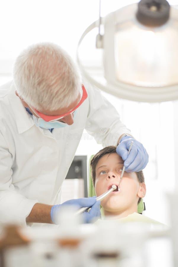 Giovane ragazzo al dentista fotografie stock libere da diritti