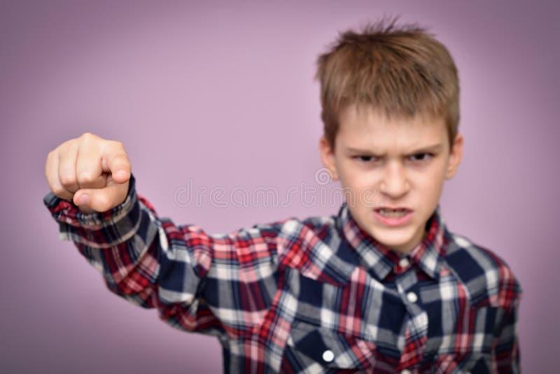 Giovane ragazzo arrabbiato e furioso fotografia stock libera da diritti