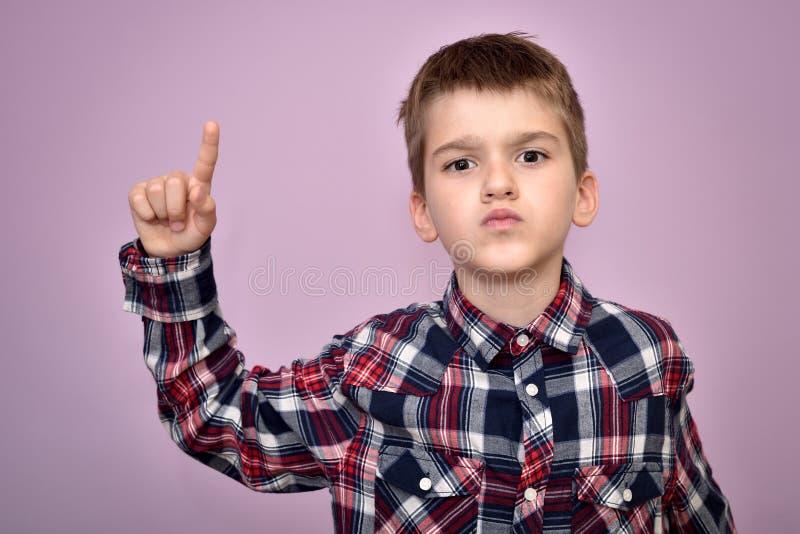 Giovane ragazzo arrabbiato e furioso immagine stock