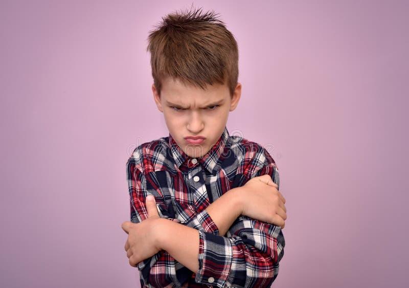 Giovane ragazzo arrabbiato e sporgente le labbra fotografie stock