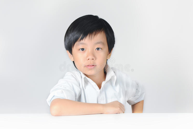 Giovane ragazzo in camicia bianca fotografie stock