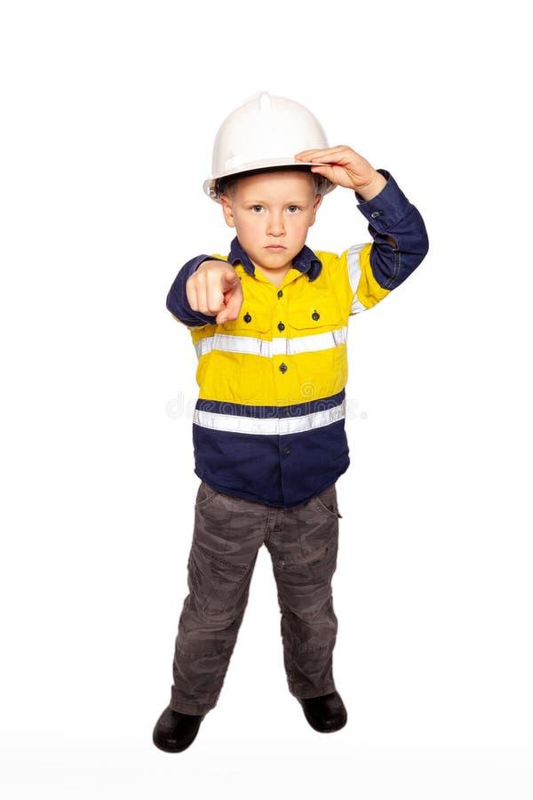 Giovane ragazzo caucasico biondo che precisa, ruolo arrabbiato feroce di sguardo che gioca un supervisore frustrato del muratore immagini stock libere da diritti