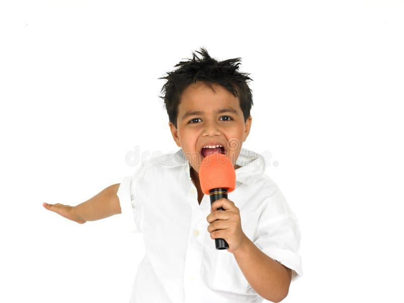 Giovane ragazzo che canta fotografia stock libera da diritti