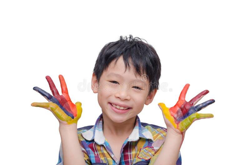 Giovane ragazzo che dipinge le sue mani immagine stock libera da diritti