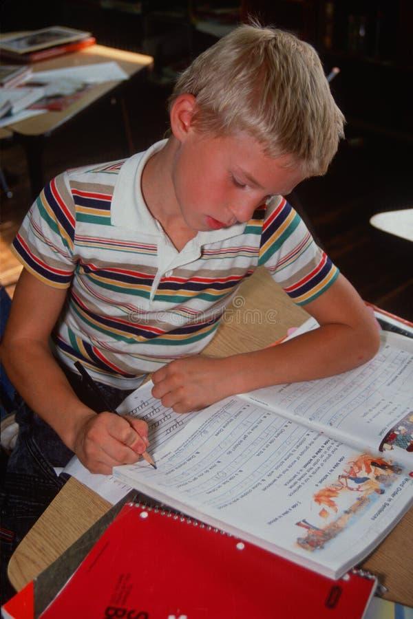 Giovane ragazzo che fa lavoro immagini stock libere da diritti