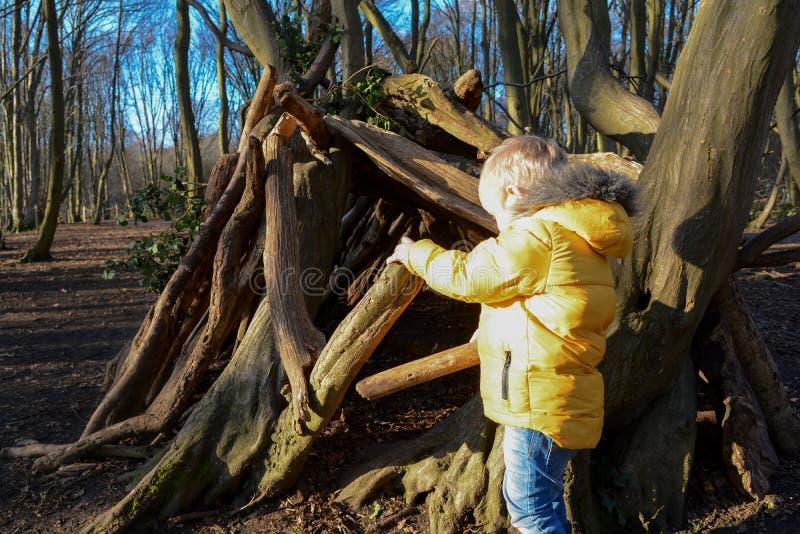 Giovane ragazzo che gioca e che esplora all'aperto fotografia stock