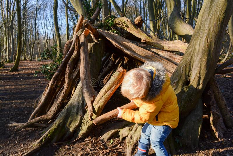 Giovane ragazzo che gioca e che esplora all'aperto fotografie stock