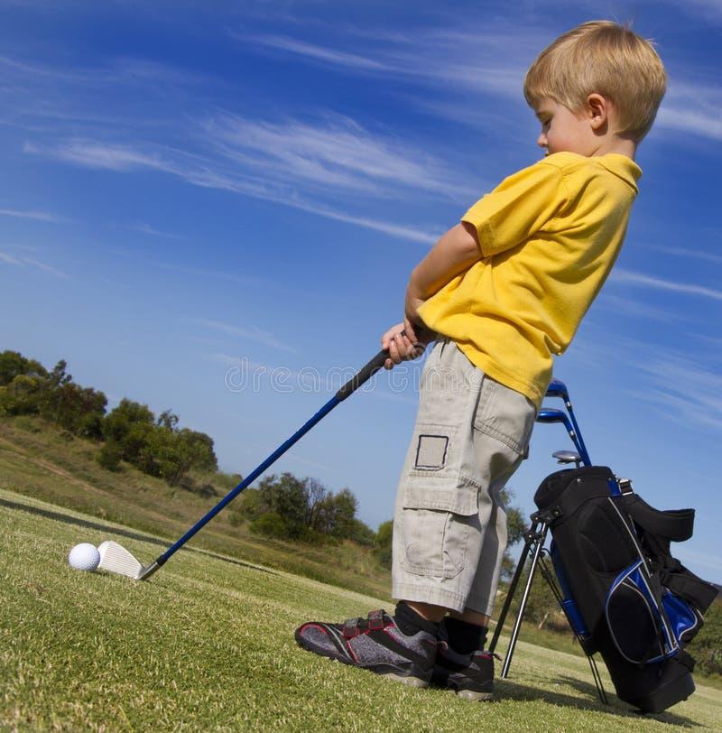 Giovane ragazzo che gioca golf fotografia stock