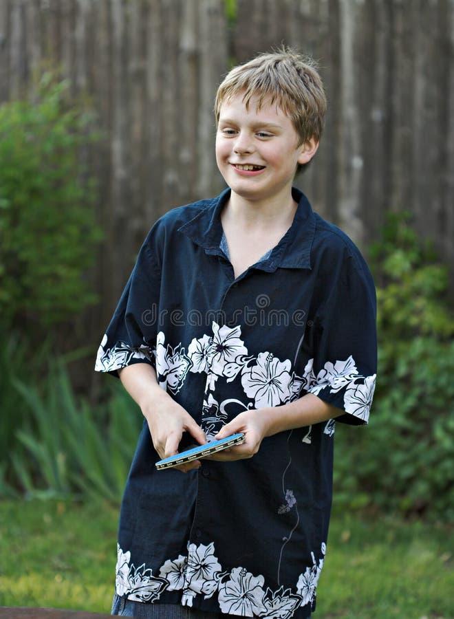 Giovane ragazzo che gioca ping-pong immagini stock