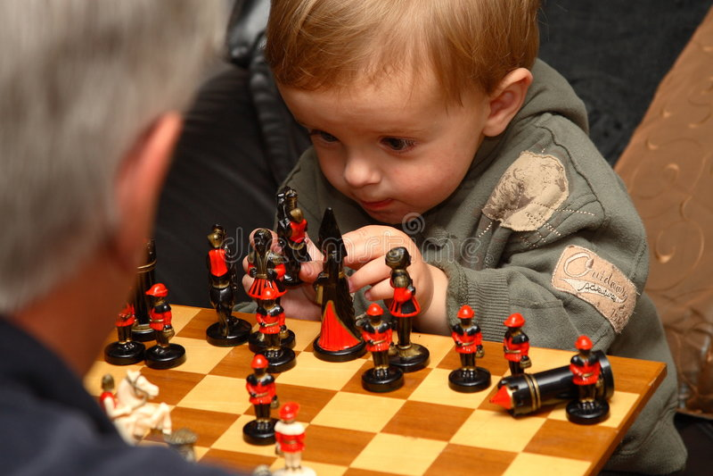 Giovane ragazzo che gioca scacchi fotografie stock libere da diritti