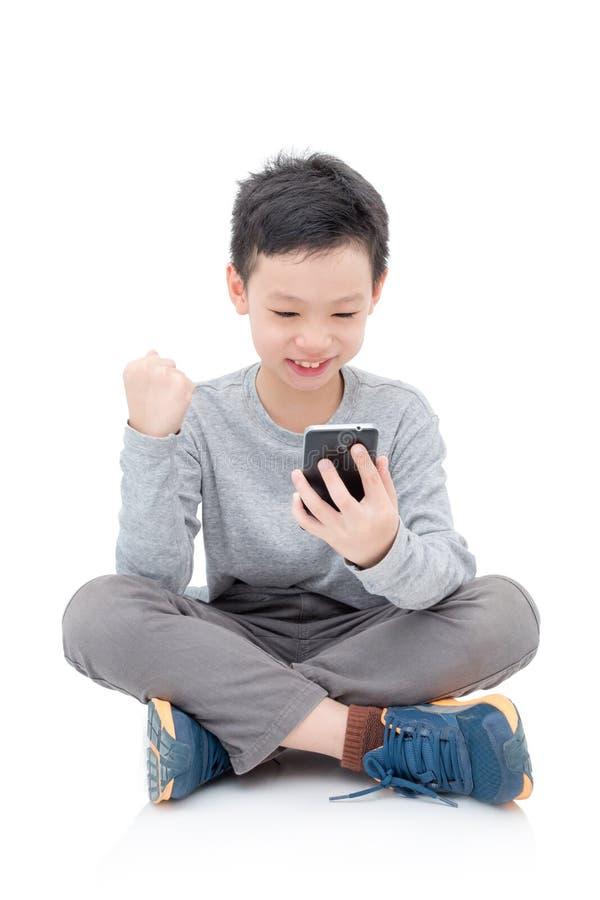 Giovane ragazzo che gioca sullo Smart Phone immagini stock