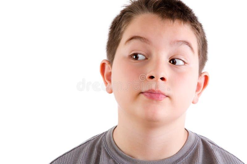 Giovane ragazzo che guarda al lato immagine stock
