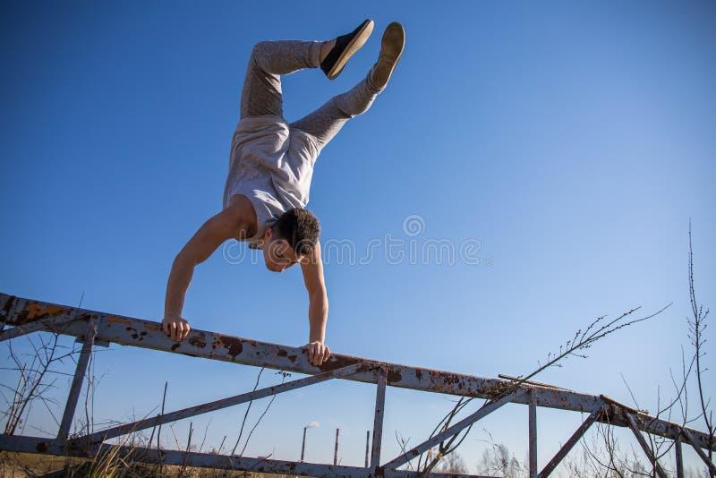 Giovane ragazzo che salta nel parco immagini stock libere da diritti