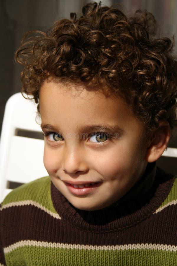 Giovane ragazzo che sorride alla macchina fotografica fotografia stock