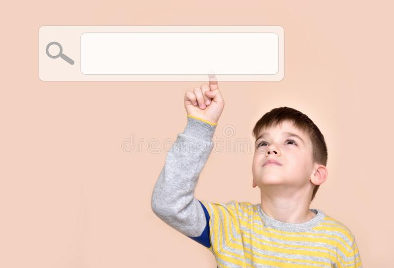 Giovane ragazzo che tocca il bottone di ricerca su un touch screen virtuale immagini stock