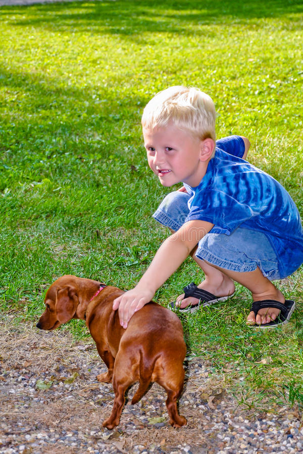 Giovane ragazzo con Dachshound fotografia stock