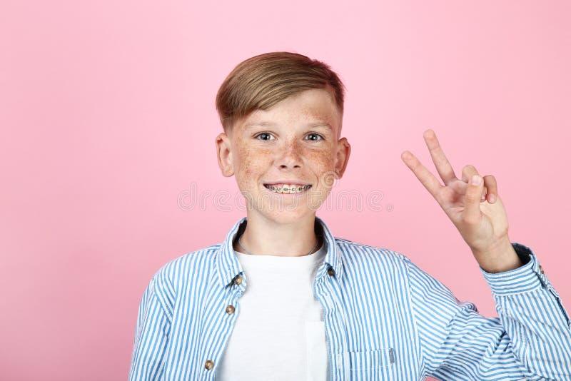 Giovane ragazzo con i ganci dentari immagini stock