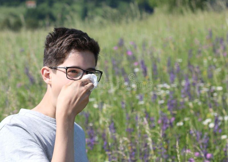 Giovane ragazzo con i vetri nei prati con il fazzoletto fotografia stock libera da diritti